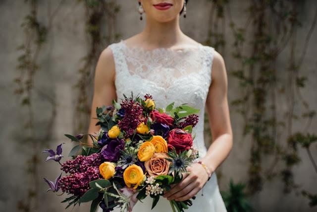 Bukiet ślubny z połączeniem pomarańczu i fioletu