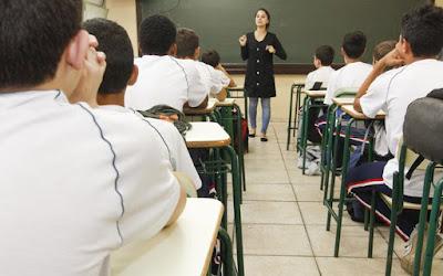 Deputado evangélico tenta aprovar kit bíblico para escolas
