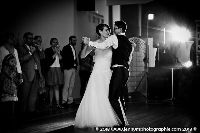 photo ouverture de bal mariage en noir et blanc