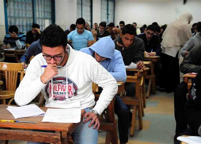 طلبة الدبلومات الفنية يؤدون الإمتحان بالموبايلات