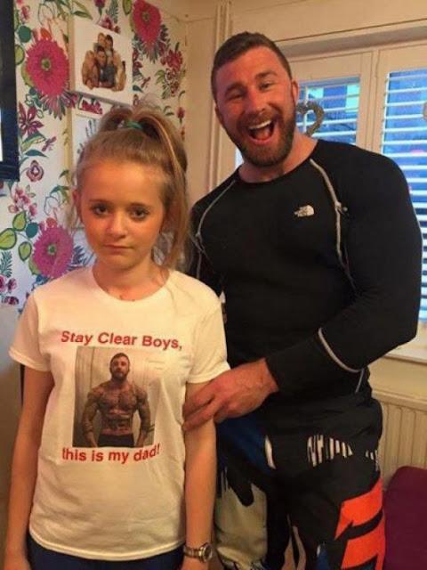 Manda a su hija a la escuela usando una playera con su foto ¡Para alejar a los pretendientes!