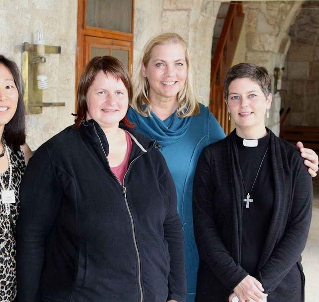 Seminaristas luteranas femininas em Jerusalém.  Na Letônia, seus correligionários não querem pastoras.