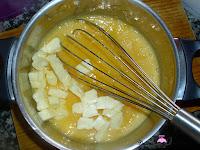 Añadiendo la mantequilla al lemon curd