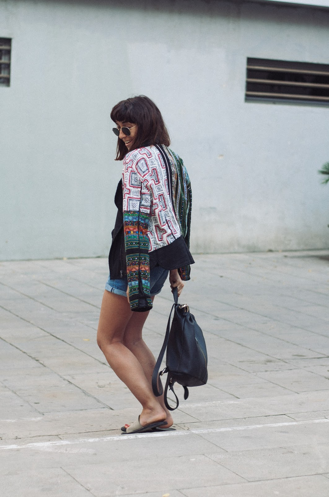 Chaqueta Desigual, short H&M, camiseta & other Stories, Sandalias Mango