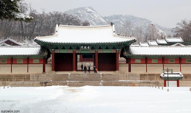 Entrada del palacio Gyeonhuigung con nieve
