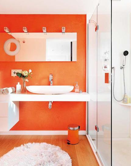 Pemilihan warna orange menjadikan kamar mandi terlihat lebih enerjik
