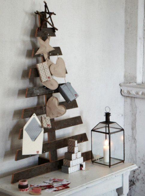 Árvores de natal criativa de parede feita com ripas