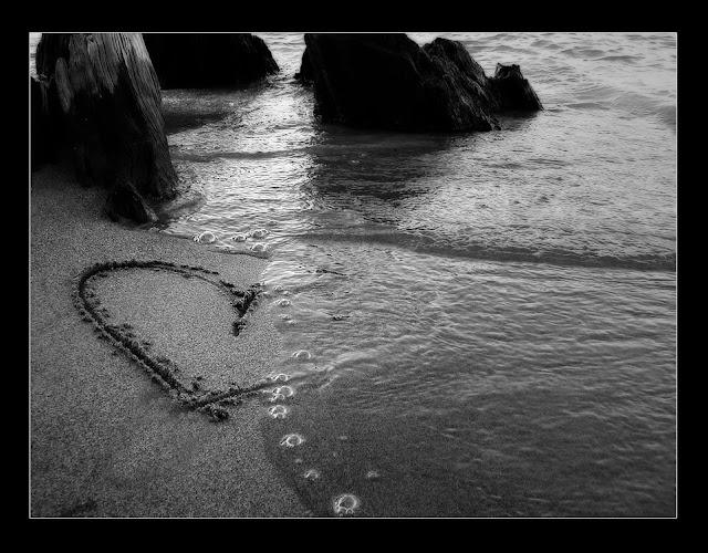 hình ảnh về tình yêu đẹp lãng mạn dễ thương, trái tim trên cát