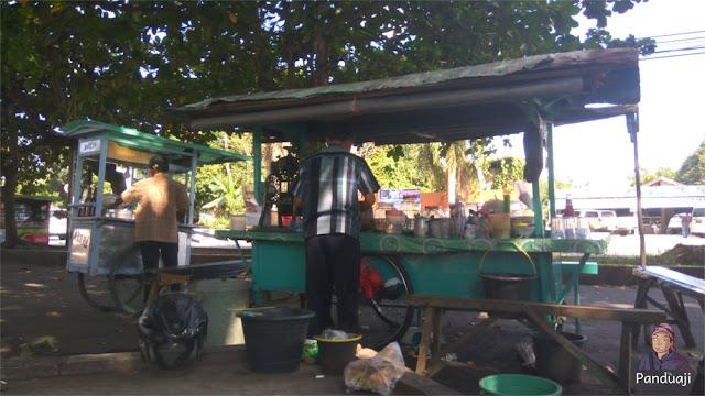 Penjual Es Campur di depan Museum Lambung Mangkurat