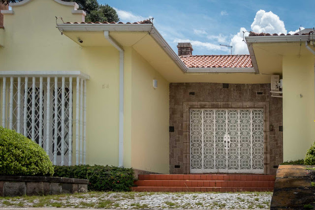 Casa em estilo neocolonial situada na Rua da Paz - grade da porta principal