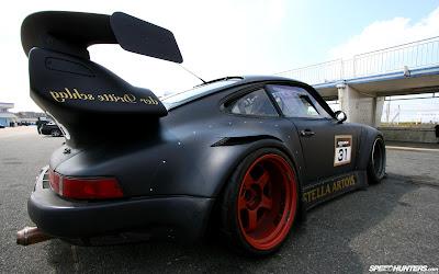 Brutal cochazo negro con ruedas rojas