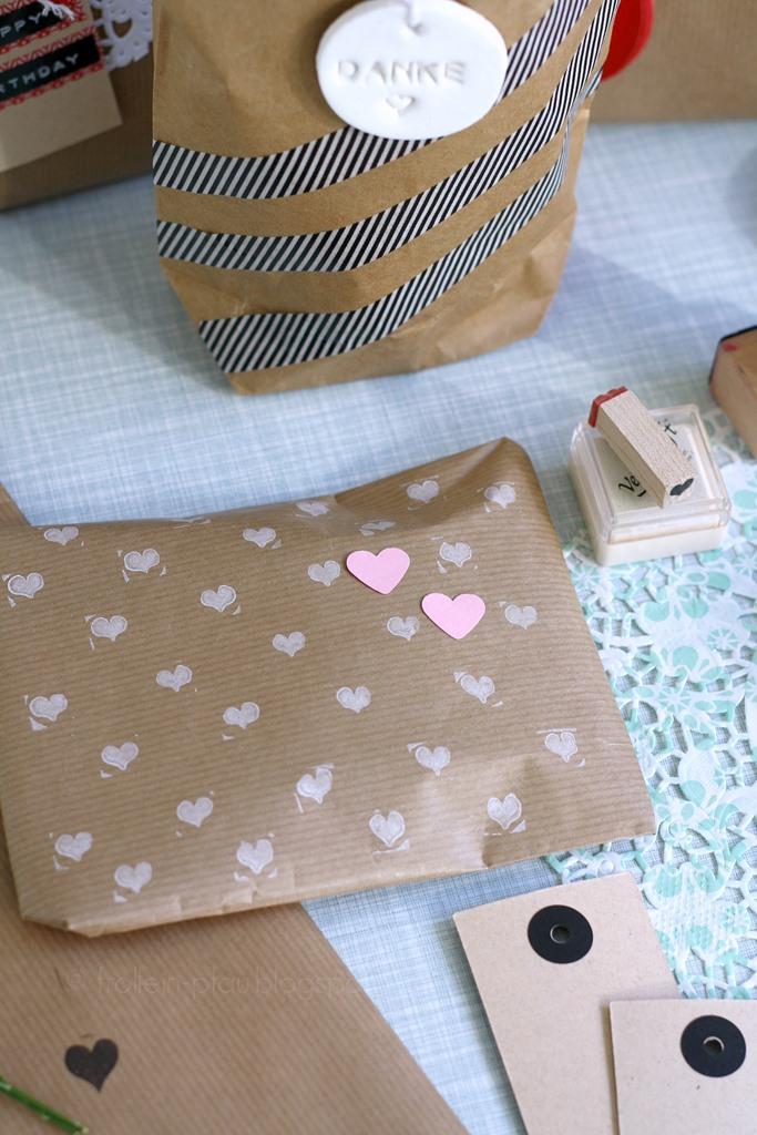 Bloggeraktion Mitmachaktion #12giftswithlove miss-red-fox Frollein Pfau, Geschenke kreativ verpacken mit Kraftpapier, DIY Geschenkeverpackungen, Buchstabenstempel, Geschenkpapier bestempeln