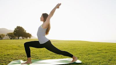 tập yoga với không gian ngoài trời