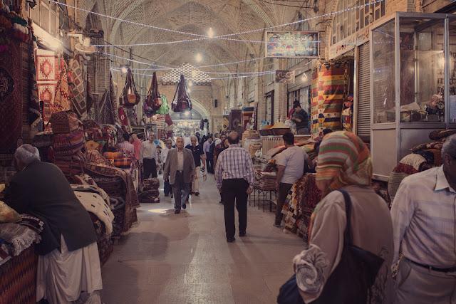 La gente caminando en el Bazar Vakil en Shiraz