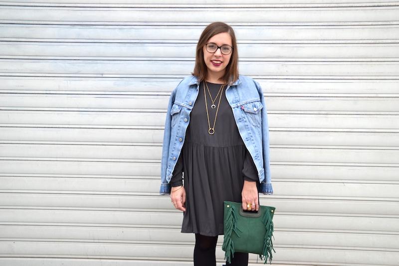 veste en jean Levi's, robe grise American Vintage, sac à frange vert Sammydress, collant noir