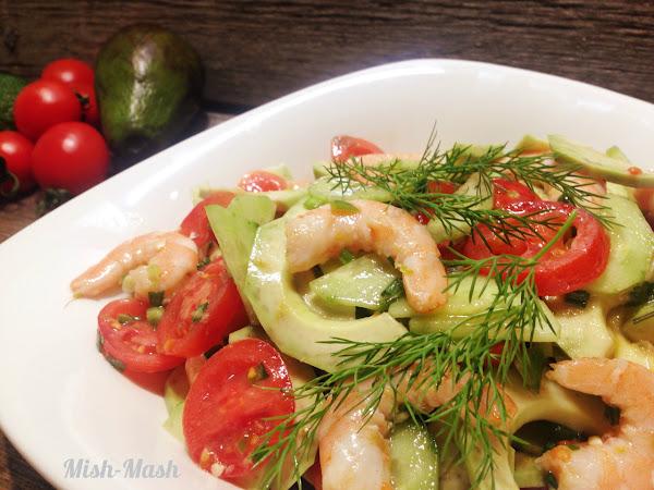 Пикантна салата със скариди и авокадо
