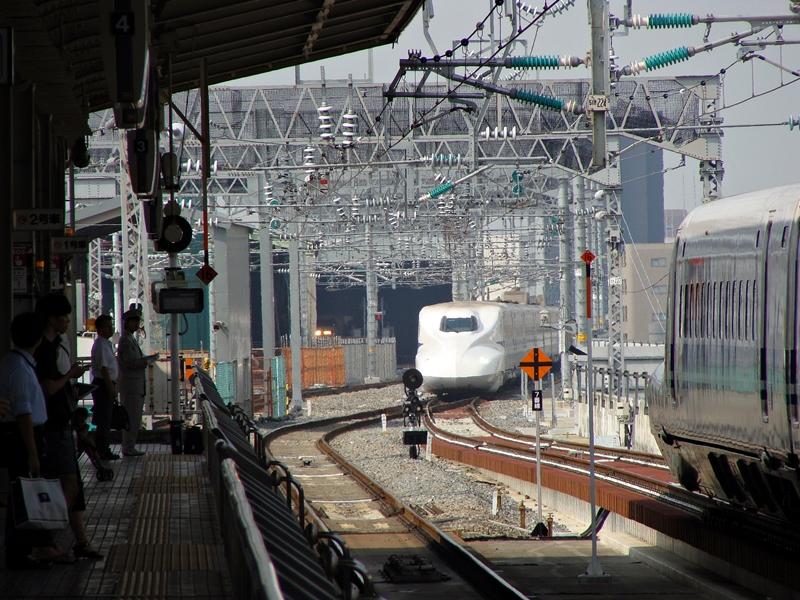 Bahnhof Shin-Osaka, Einfahrt des Shinkansen