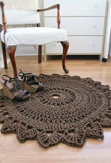 http://www.iknitts.com/2012/08/patron-para-tejer-un-alfombra-crochet.html#more