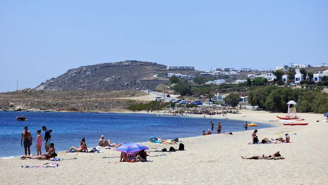 Plażowicze. Plaża Kalafatis. Greckie morze. Błękitne niebo. Słoneczna pogoda.