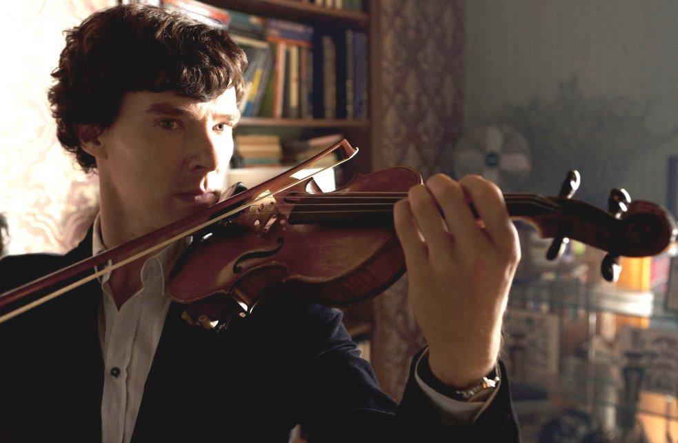 Benedict Cumberbatch tocando el violín