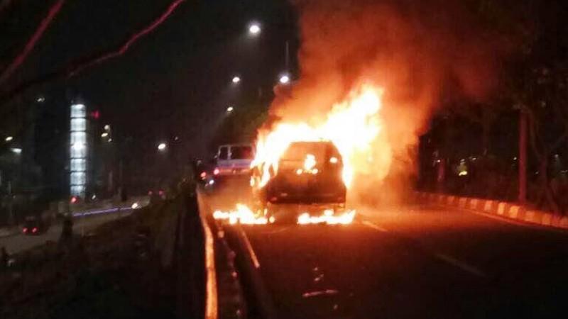 Penampakan avanza terbakar di di Jalan MT Haryono, Jaktim