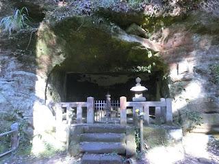 用堂尼の墓