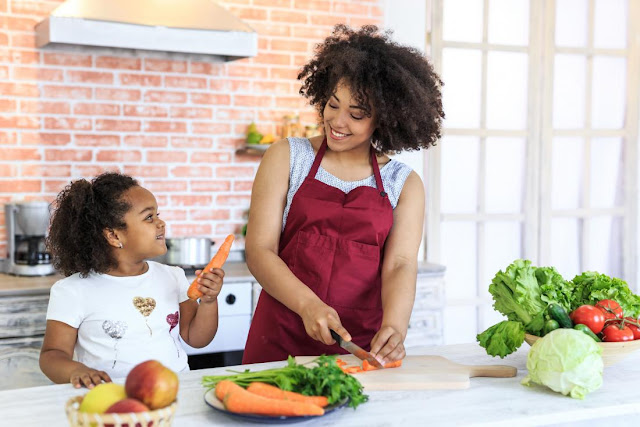 ام وابنتها فى المطبخ