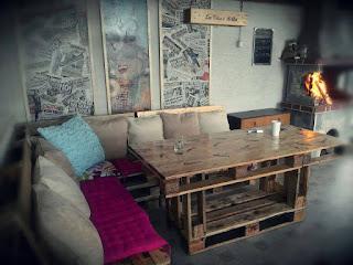 living comedor construido con palets de madera reciclados
