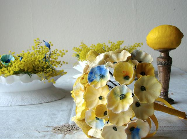 centrotavola di carta crespa con mimosa  e bouquet di fiori di carta