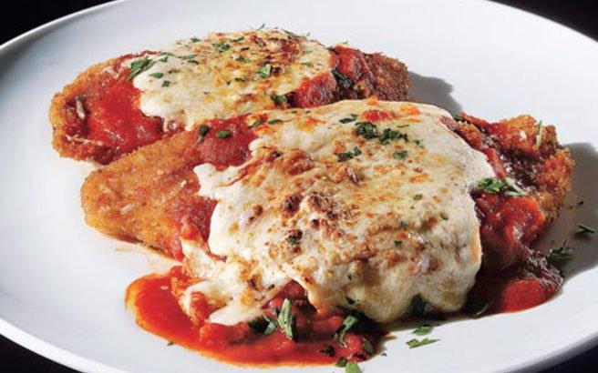 Κοτόπουλο Σνίτσελ με κόκκινη σάλτσα και τυριά