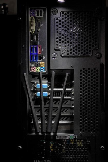 Olight H1 Nova przyczepiona za pomocą magnesu do obudowy komputera