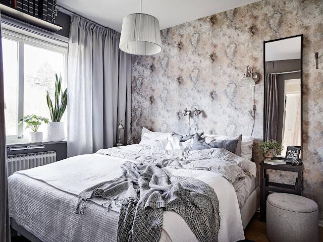 szara tapeta w sypialni, tapeta w stylu skandynawskim w sypialni, zasłony w sypialni