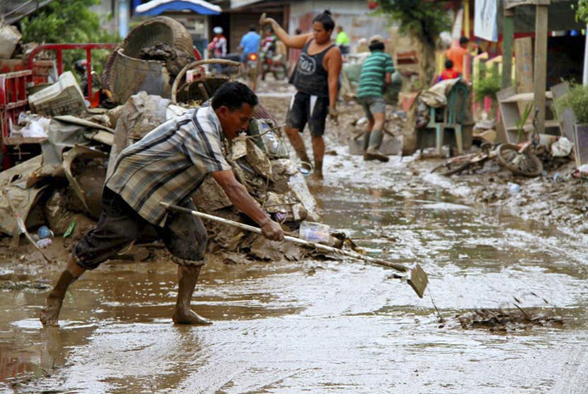 Lumpur Banjir Masih Penuhi Rumah Warga 11 Kecamatan di Pesawaran