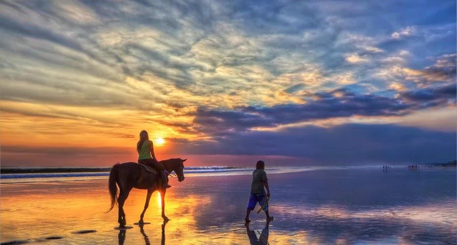 Menikmati Keindahan pantai di atas kuda adalah kegiatan yang seru untuk dilakukan di Kuta Bali