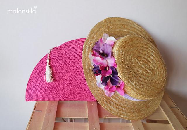 Bolso abanico en fucsia con borla blanca y canotier de copa baja en color malva y fucsia