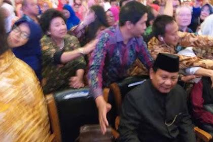 Hadiri Bedah Bukunya 'Paradoks Indonesia' di Jakarta, Prabowo Dipanggil Presiden
