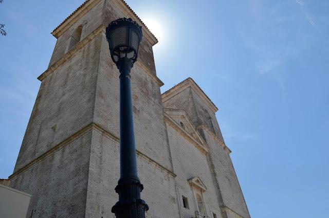 bonita vista de las torres de la iglesia