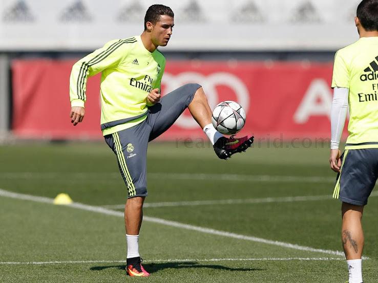 9c470fe8f902 Cristiano Ronaldo Trains in Custom Nike Mercurial Superfly V Boots ...