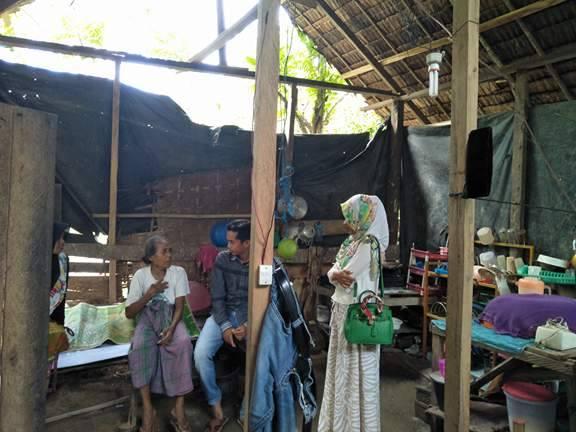 Nek Basren Bersama Anaknya yang tidak bisa melihat tinggal di Rumah Berdinding Platik
