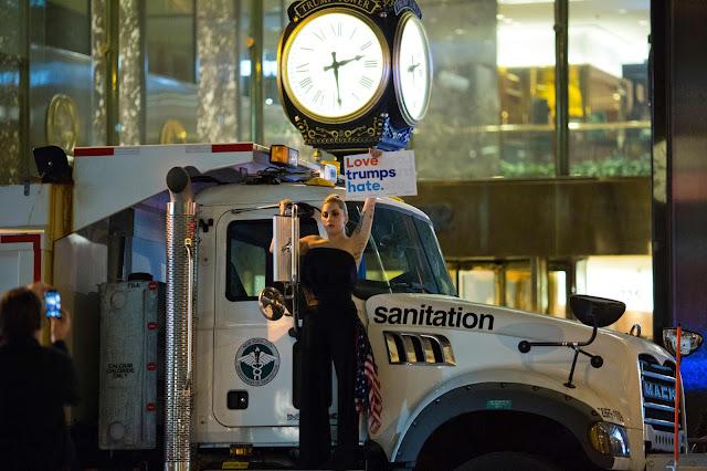 Após a vitória presidencial de Donald Trump na terça-feira à noite, a cantora Lady Gaga foi para a frente do Trump Tower para protestar contra os resultados da eleição
