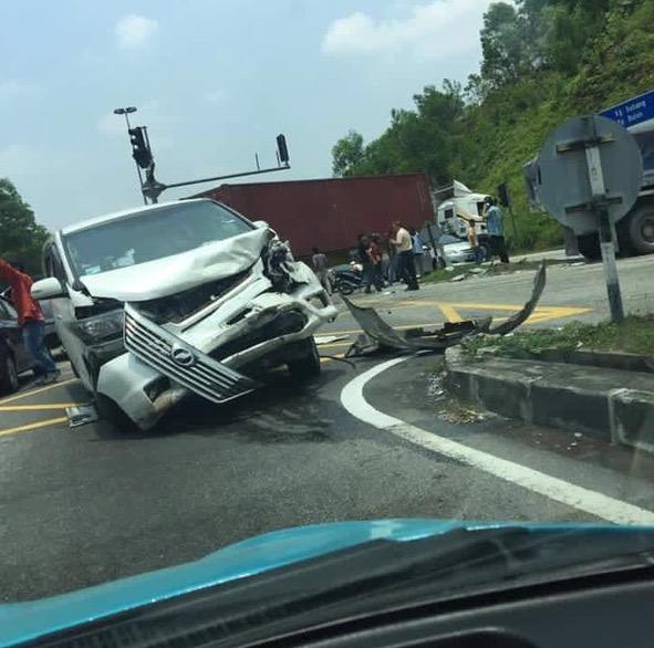 Kemalangan Ngeri Melibatkan Treler, Lori dan 12 Kereta di Persiaran Mokhtar Dahari