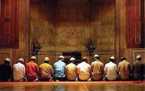 Keutamaan Jamaah Shalat Baris Pertama