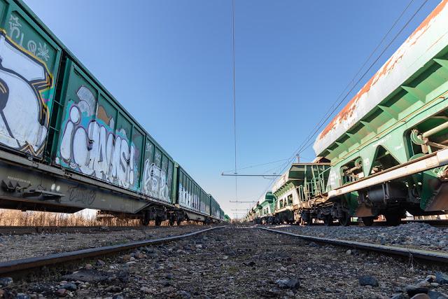 Vías, vagones, vías abandonadas, vagones abandonados