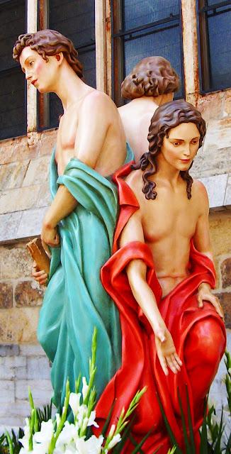 Figuras alegóricas de el agua, el fuego y el cirio, en el paso de El Hombre Nuevo. Cofradía del Santo Sepulcro. León. Foto G. Márquez
