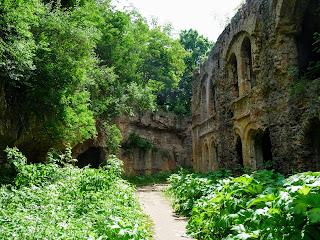 Тараканов. Форт. Тропинка между казармой и укрепляющей вал стеной в окружении борщевика