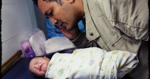 Ini SEBAB Kenapa Bayi Baru Lahir HARUS DI ADZANKAN...SEBARKAN Biar Orang Islam Kita Tahu