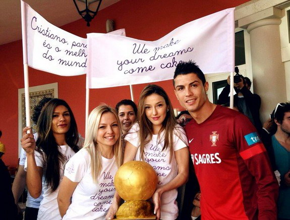 Hot ladies give Ballon d'Or made of cake to Cristiano Ronaldo