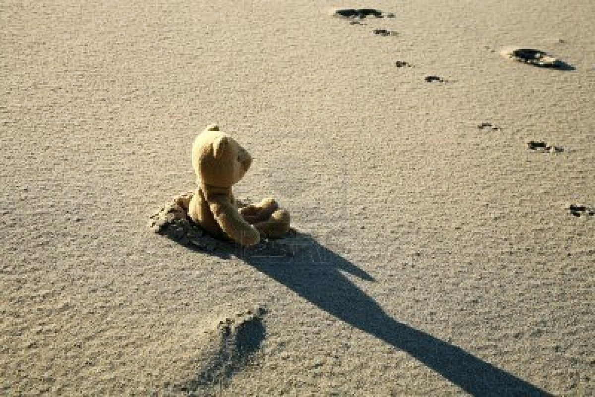 lonely-teddy-bear-lost-lonely-sad-on-the-beach-pictures-for-facebook.jpg