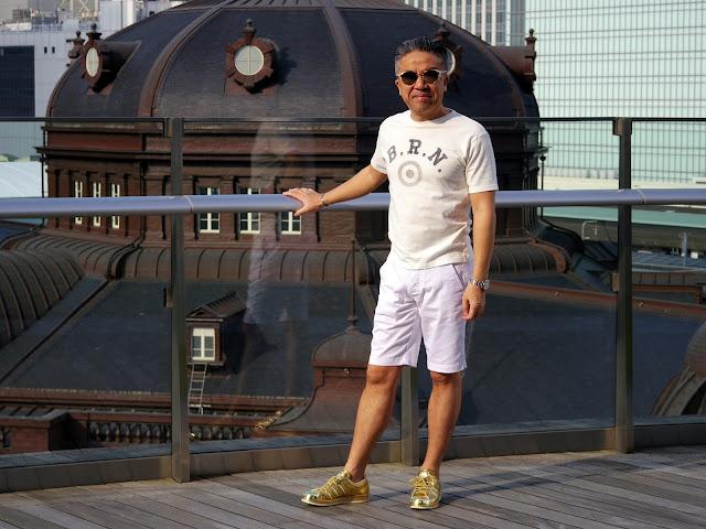 ゴールドスニーカーと白Tシャツのスタイル