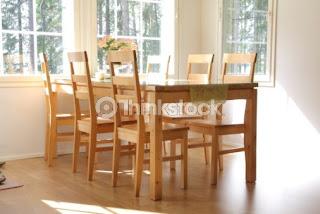 Jedilnica in leseni stoli.